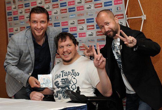 Manažer fotbalové reprezentace Vladimír Šmicer (vlevo) se členy kapely The Tap Tap.