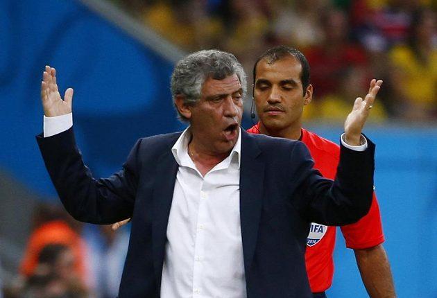 Řecký kouč Fernando Santos se vzteká před rozhodčím Nawafem Shukrallou z Bahrajnu během osmifinále MS proti Kostarice.