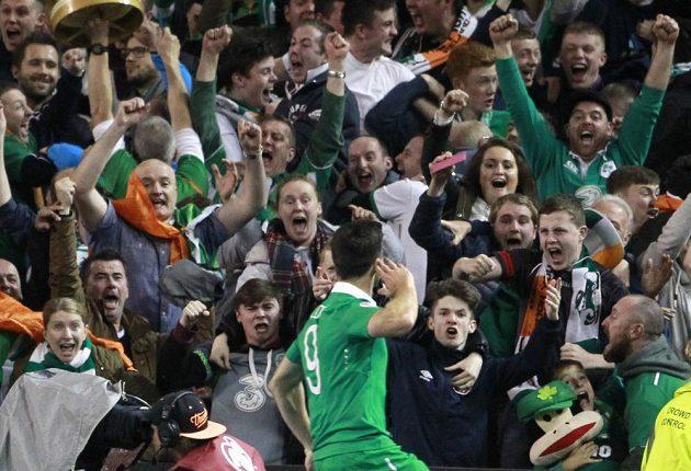 Shane Long slaví s irskými fanoušky gól proti Německu v kvalifikaci ME 2016.