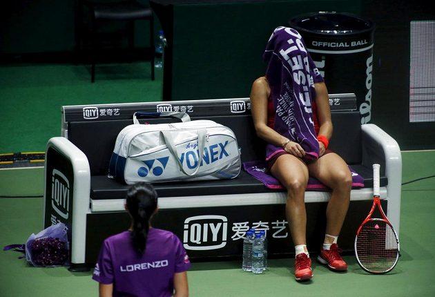 Mezi gamy se Angelique Kerberová snažila uklidnit s hlavou pod ručníkem.