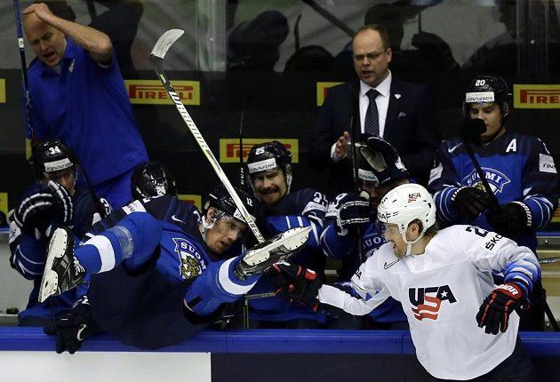 Ostrý střet u střídačky finských hokejistů během utkání s USA. Američan Blake Coleman se s finským sokem zrovna nemazlil.