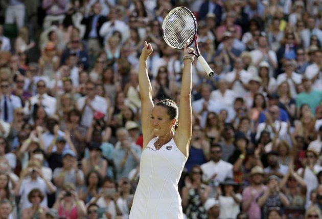 Srbská tenistka Jelena Jankovičová se raduje z vítězství nad Petrou Kvitovou a postupu do osmifinále Wimbledonu.