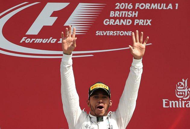 Lewis Hamilton si ožívá ovací fanoušků po svém vítězství ve Velké ceně Británie.