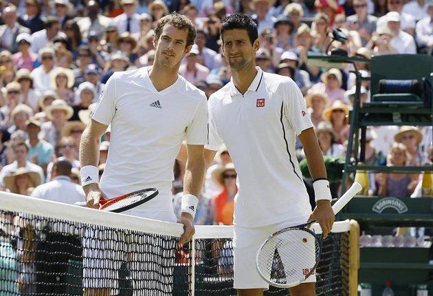 Murray (vlevo) s Djokovičem ještě před startem velkého wimbledonského finále.