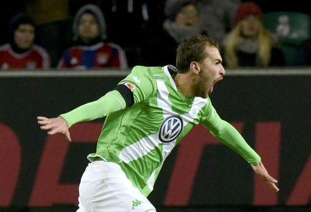 Nizozemský útočník Bas Dost z Wolfsburgu se raduje ze svého druhého gólu v utkání proti Bayernu Mnichov.