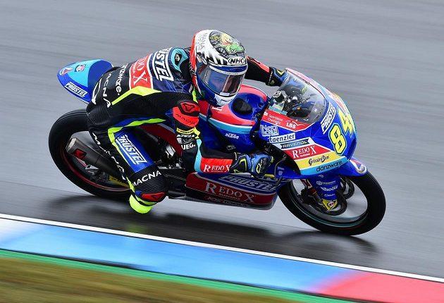 Český závodník Jakub Kornfeil při sobotní kvalifikaci na VC České republiky ve třídě Moto3.