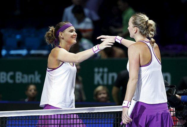 Lucie Šafářová (vlevo) gratuluje Petře Kvitové k vítězství.