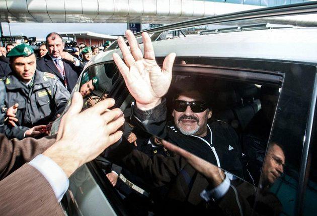 Diego Maradona zdraví fanoušky na letišti.