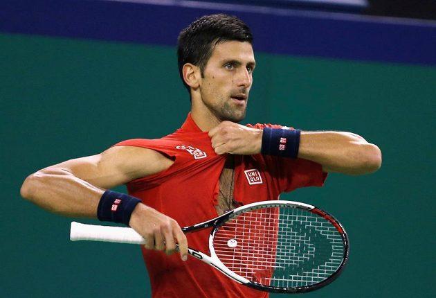 Novak Djokovič s roztrhaným trikem v semifinále v Šanghaji.