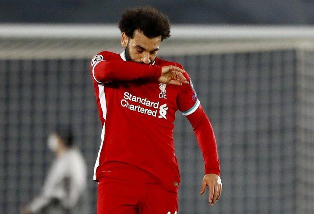 Liverpoolský Mohamed Salah reaguje poté, co Marco Asensio z Realu skóroval.