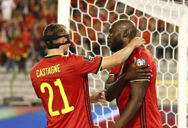 Belgický útočník Romelu Lukaku (vpravo) oslavuje gól proti české reprezentaci s Timothym Castagnem.