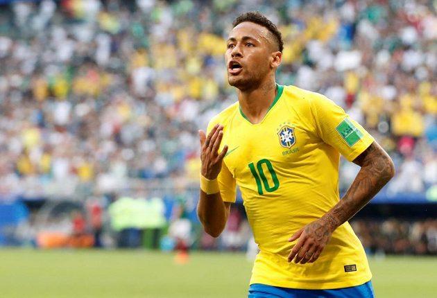 Neymar oslavuje branku do sítě Mexika.