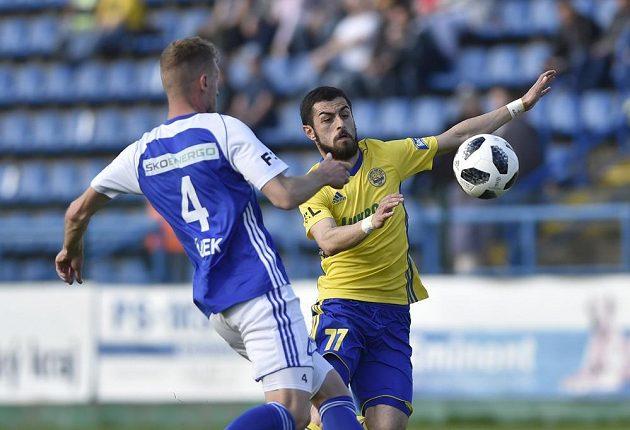 Mladoboleslavský fotbalista Tomáš Hájek a Vachtang Čanturišvili ze Zlína v akci během utkání nejvyšší soutěže.