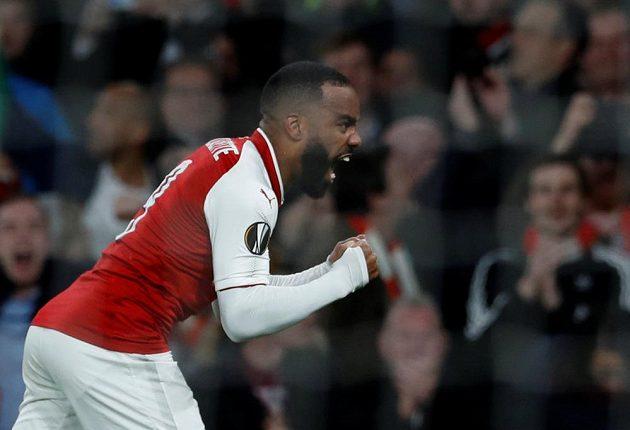 Fotbalista Arsenalu Alexandre Lacazette slaví gól v síti Atlétika Madrid v semifinále Evropské ligy.