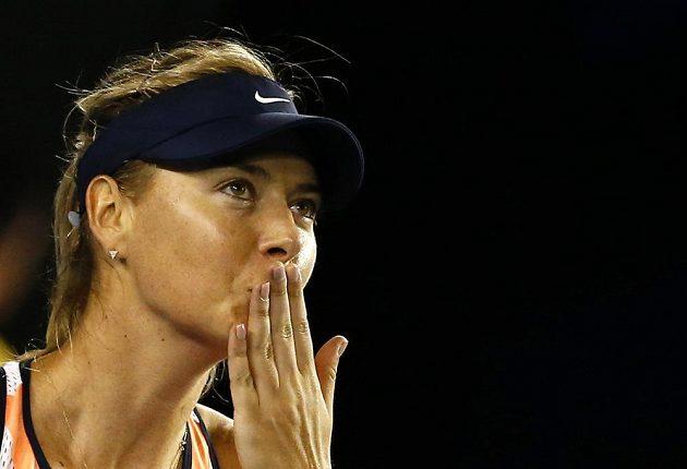 Ruská tenistka Maria Šarapovová zdraví faboušky na Australian Open po vítězství nad Američankou Davisovou.