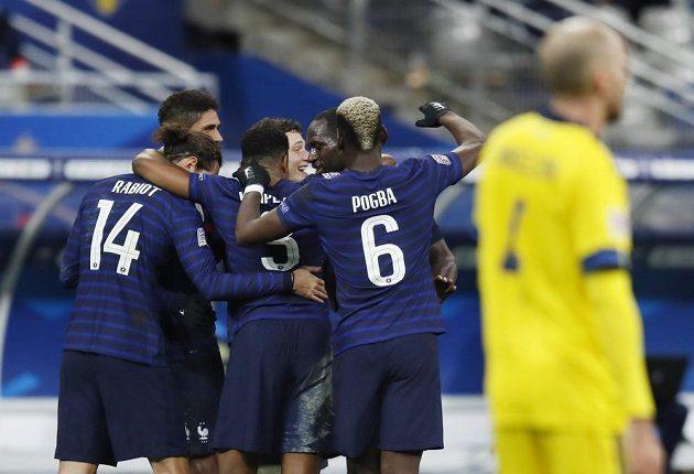 Fotbalisté France se radují z vyrovnávací trefy do sítě Švédska