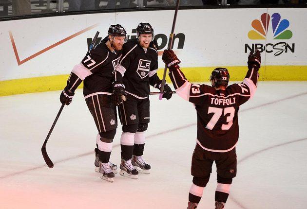 Tanner Pearson (70) slaví se spoluhráči Jeffem Carterem (77) a Tylerem Toffolim (73) poslední gól ve čtvrtém zápase semifinále NHL s Chicagem.