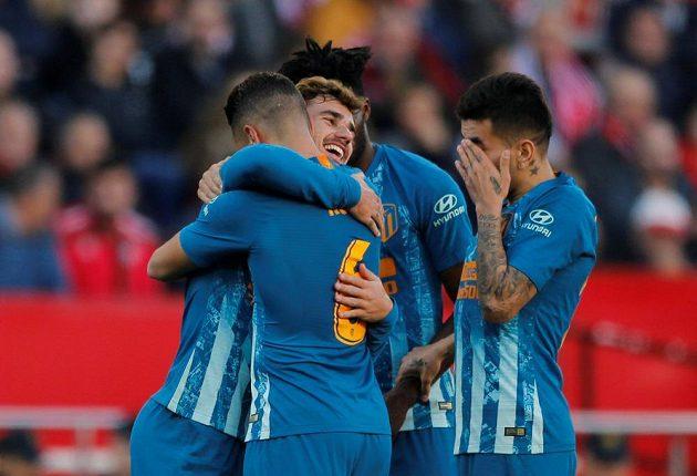 Fotbalisté Atlétika se radují z gólu proti Seville.