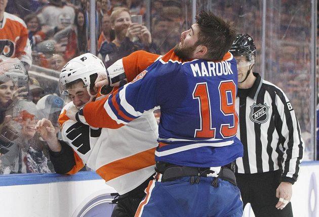 Bitka mezi Brandonem Manningem (23) z Philadelphie a Patrickem Maroonem (19) z Edmontonu.