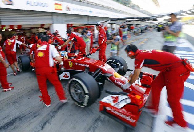 Španěl Fernando Alonso vyjíždí z padoku během kvalifikace na legendárním okruhu v Monze.
