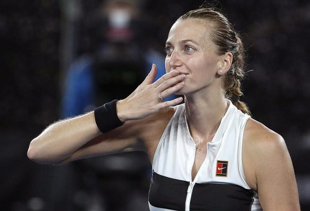 Šťastná Petra Kvitová zdraví diváky po vítězství v semifinále Australian Open.