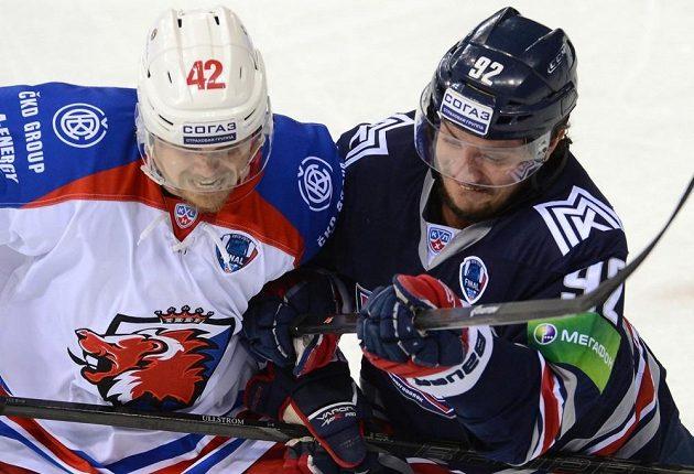 David Ullström (vlevo) ze Lva Praha bojuje o puk s Bogdanem Potěchinem z Magnitogorsku.