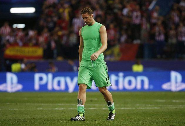 Smutný brankář Bayernu Mnichov Manuel Neuer odchází ze hřiště po porážce s domácím Atlétikem Madrid.