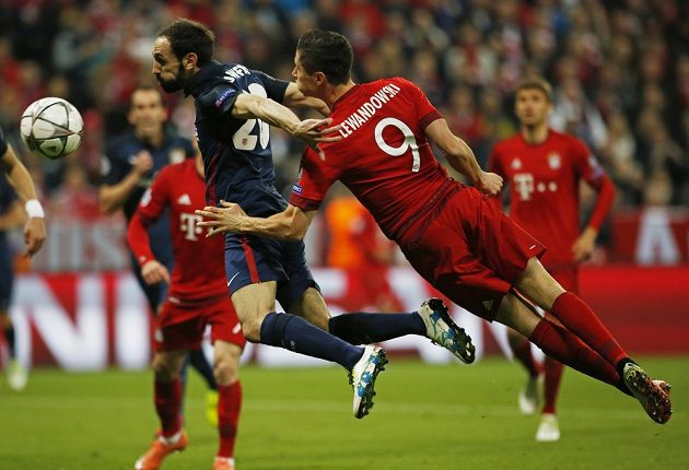 Zadák Atlétika Madrid Juanfran neuhlídal útočníka Bayernu Roberta Lewandowského.