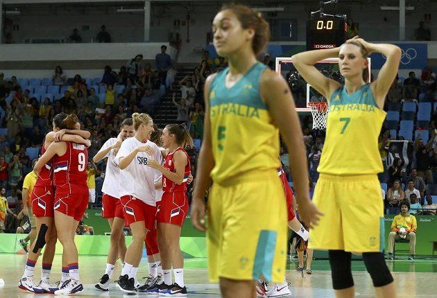 Zklamané basketbalistky Austrálie (v popředí) po čtvrtfinálové prohře se Srbskem. V pozadí slavící soupeřky.