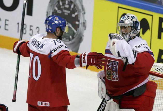 Český útočník Radek Smoleňák gratuluje po utkání brankáři Ondřeji Pavelcovi.