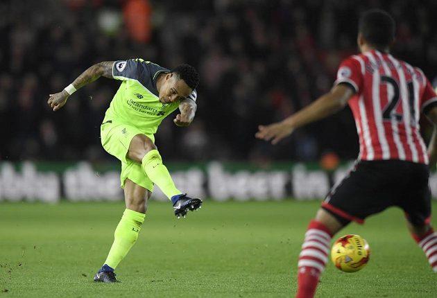 Obránce Liverpoolu Nathaniel Clyne (vlevo) střílí v zápase proti Southamptonu.