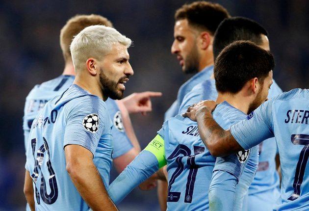 Gólová radost fotbalistů Manchesteru City. Vlevo střelec úvodní branky zápasu Sergio Agüero.