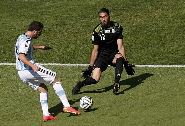 Argentinský útočník Gonzalo Higuaín v obrovské šanci v utkání s Íránem.