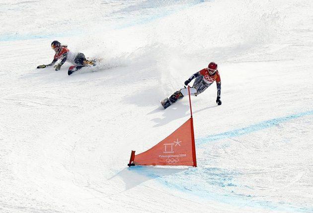 Ester Ledecká (vpravo) v semifinále paralelního obřího slalomu na ZOH v Koreji v souboji s Němkou Ramonou Hofmeisterovou.