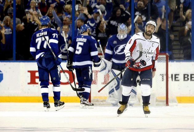 Lightning oslavují vítězství, kapitán poražených Ovečkin (8) ví, že Washington čelí vyřazení.