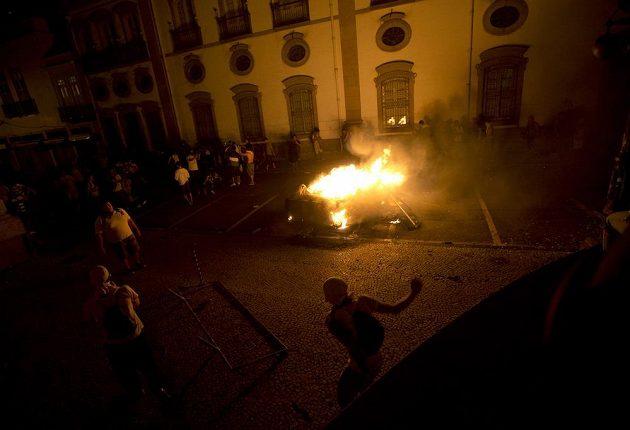 Demonstranti zapálili v Rio de Janeiro několik barikád.