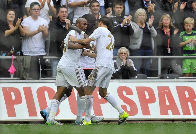 Fotbalisté Swansea se radují z vyrovnávací branky proti Manchesteru United.