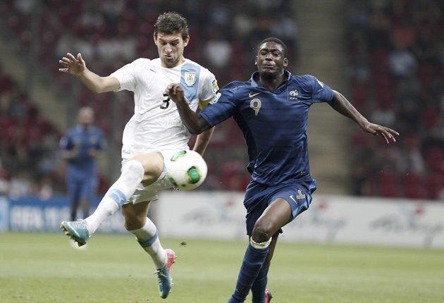 Francouzský fotbalista Yaya Sanogo (vpravo) v souboji s Uruguaycem Gastonem Silvou ve finále MS hráčů do dvaceti let.