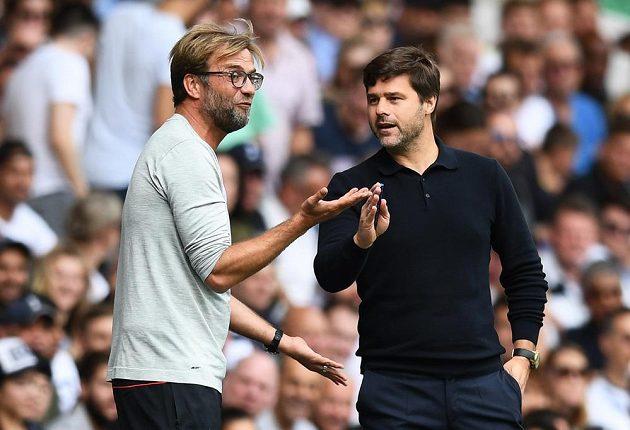 Liverpoolský kouč Jürgen Klopp (vlevo) a manažer Tottenhamu Mauricio Pochettino v družném hovoru během vzájemného zápasu.