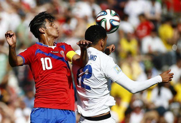 Kostarický záložník Bryan Ruíz v souboji s anglickým stoperem Chrisem Smallingem.