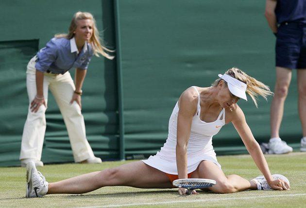 Také ruská favoritka Maria Šarapovová se potýkala s kluzkým travnatým povrchem kurtů ve Wimbledonu.