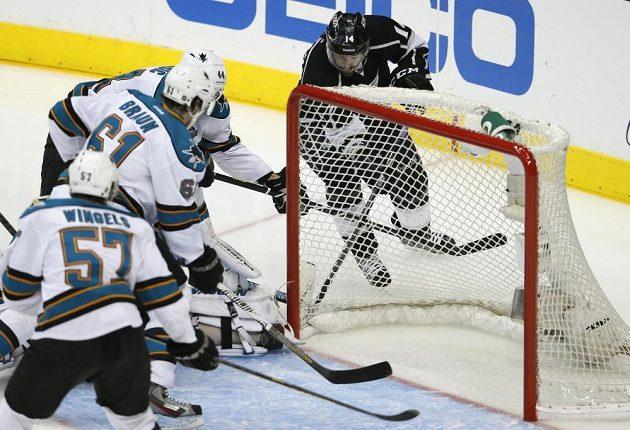 Justin Williams střílí gól do sítě Sharks.