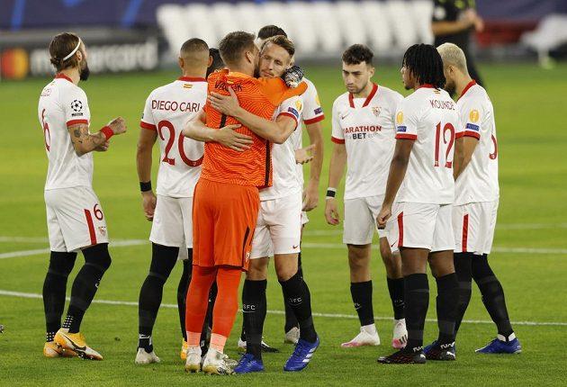 Český brankář Tomáš Vaclík slaví se spoluhráči ze Sevilly výhru nad Krasnodarem v rámci Ligy mistrů.