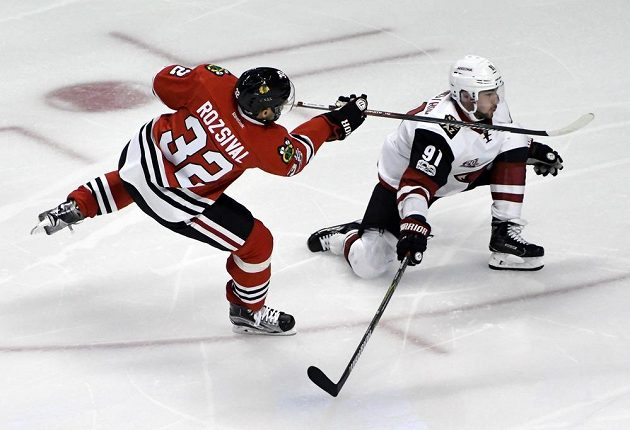 Obránce týmu Chicago Blackhawks Michal Rozsíval střílí v NHL gól do sítě Arizony Coyotes.