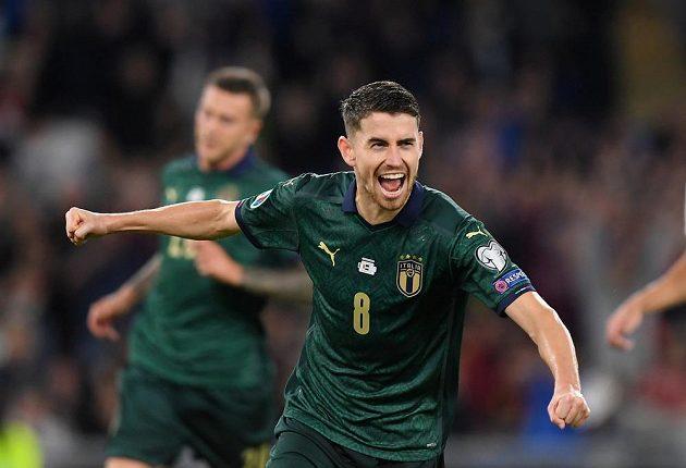 Italští fotbalisté se po Belgičanech stali druhými účastníky ME 2020. Doma dnes porazili 2:0 Řecko a zvítězili i v sedmém utkání skupiny J. Na snímku slaví autor jedné z branek - Jorginho.