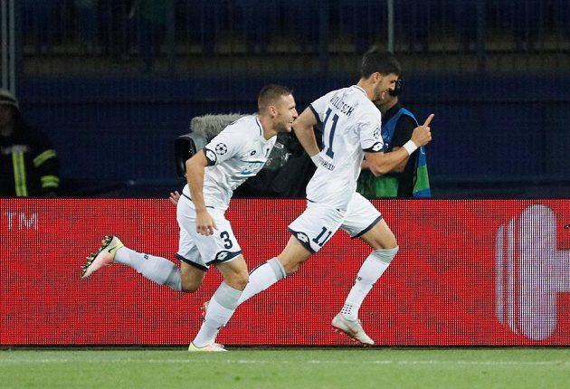 Fotbalisté Hoffenheimu Florian Grillitsch (vpravo) a Pavel Kadeřábek oslavují gól proti Doněcku.