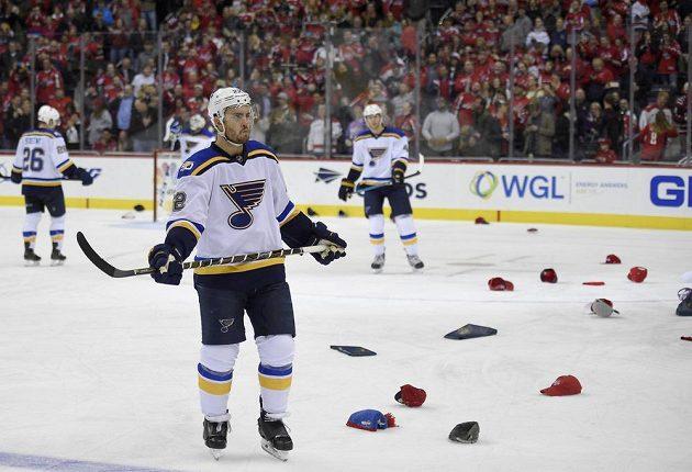 Čepice na ledě tentokrát po hattricku Alexandra Ovečkina. V popředí zadumaný zadák St. Louis Blues Kevin Shattenkirk.