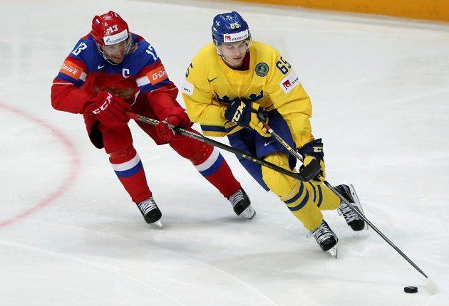 Ruský forvard Pavel Dacjuk a Švéd Andre Burakovsky v závěrečném utkání skupiny A MS.