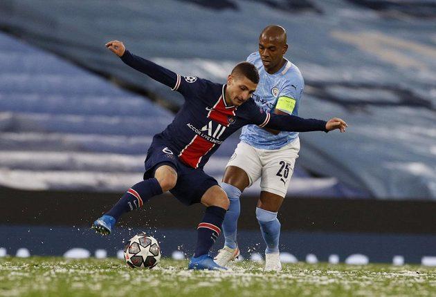 Marco Verratti (vlevo) z PSG v souboji s Fernandinhem z Manchesteru City.
