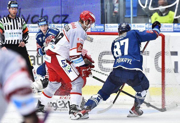 Vpravo Filip Přikryl z Plzně střílí gól.